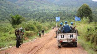 Capacetes azuis da ONU, patrulhando, na República Democrática do Congo, a 9 de abril, de 2015.