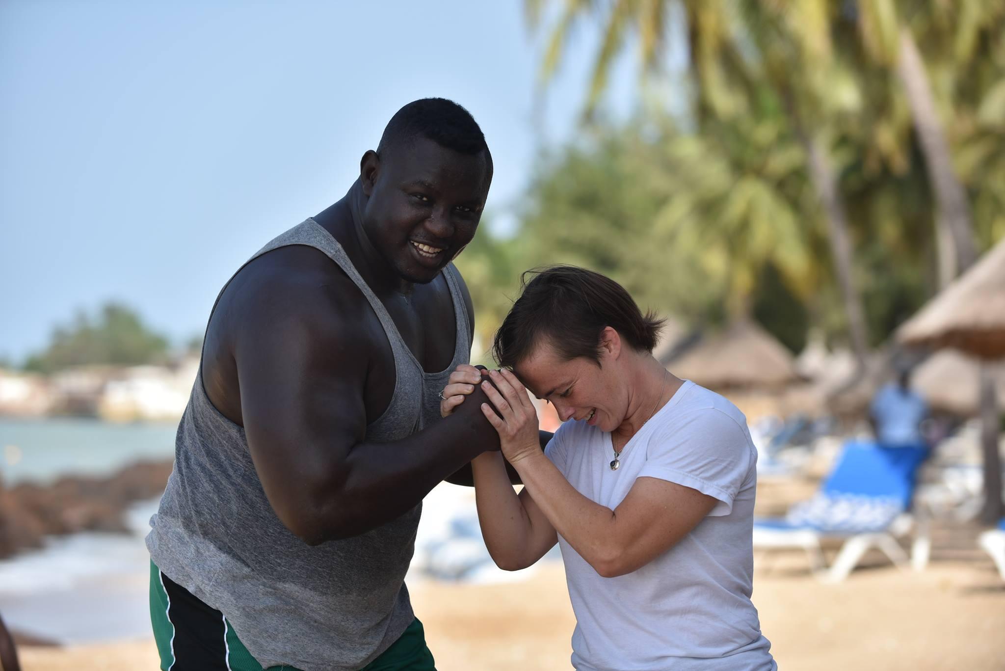 Léa Buet organise le combat de MMA du Sénégalais Bombardier face au Polonais Wojciech Bulinski.