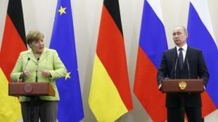 Angela Merkel e Vladimir Putin em entrevista coletiva após reunião em Sochi