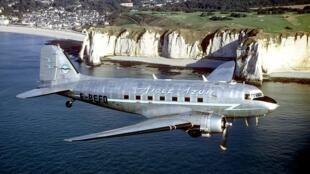 Un avion douglas DC3 de Aigle Azur.