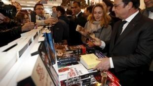 2016年3月17日法国总统奥朗德在巴黎图书博览会上。