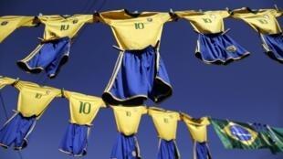 Tenues de l'équipe de football brésilienne en vente dans les rues de Brasilia.