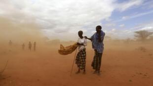 Deux réfugiés dans le camp kenyan de Dadaab, visité par le ministre britannique du Développement international, Andrew Mitchell, le samedi 16 juillet 2011.