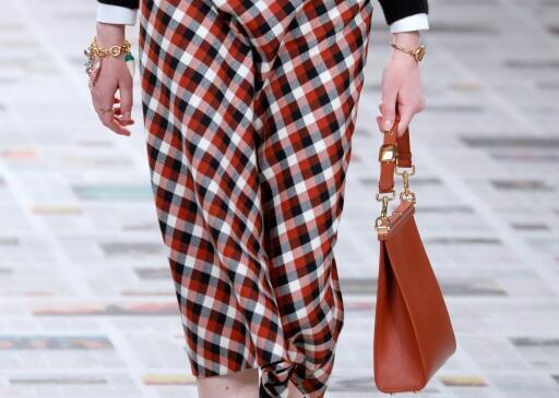 Una modelo luce un diseño de la firma Dior el 25 de febrero de 2020 en París