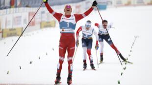 La joie du Russe Alexander Bolshunov, vainqueur du skiathtlon (7,5 km en style classique puis 7,5 km en skating), devant les Norvégiens Simen Hegstad Kruger et Hans Christer Holund, aux Mondiaux de ski de fond, le 27 février 2021 à Oberstdorf (Allemagne)