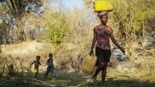 População atingida pela seca no município dos Gambos, na província da Huila, no sul de Angola, neste 11 de Setembro de 2019.
