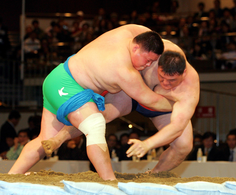 Le lutteur de ssireum Park Young-Bae (g.) face au champion Kim Kyung-Soo lors d'un combat d'exhibition à Tokyo le 23 octobre 2005.