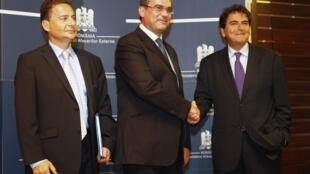 Министр иммиграции Франции Эрик Бессон, Министр иностранных дел Румынии Теодор Баконски и Госсекретарь по Европейским делам Франции Пьер Лелюш на встрече в Бухаресте