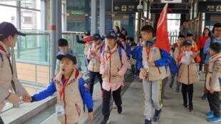 大学成中国旅客新景点,一群内地学生走在连接香港大学的地铁连接桥上