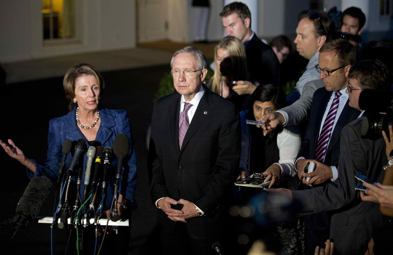 Các lãnh đạo của đảng Dân Chủ tại Quốc hội lưỡng viện Hoa Kỳ, bà Nancy Pelosi (T) và ông Harry Reid, trả lời các câu hỏi của nhà báo sau cuộc họp tại Nhà Trắng, Washington, 02/10/2013