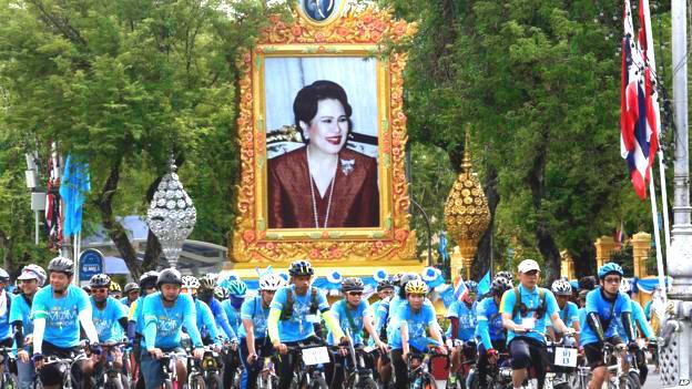 Thái Lan tổ chức đua xe đạp để mừng sinh nhật hoàng hậu, nhưng sự kiện này có thể là để chuẩn bị cho thái tử Maha lên ngôi - Reuters