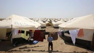 Criança da minoria Yazidi em um campo de refugiados no norte do Iraque; essa comunidade não muçulmana é vítima de massacres cometidos pelos jihadistas do Estado Islâmico.