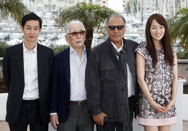 """Đạo diễn Iran Abbas Kiarostami và các diễn viên Ryo Kase, Tadashi Okuno và Rin Takanashi trong phim """"Như một người đang yêu/Like Someone in Love"""" dự tranh giải Cành cọ Vàng tại Liên hoan Phim Cannes. Ảnh chụp ngày 21/05/2012."""