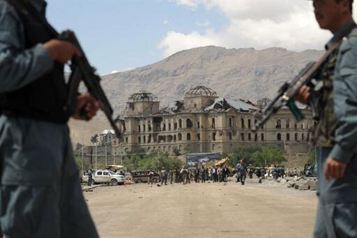 Des policiers afghans montent la garde près du site de l'attaque-suicide contre un convoi de l'Otan, le 18 mai 2010 à Kaboul.