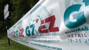 Un affiche annonçant le contre-sommet qui va se tenir à Hendaye durant toute la période du G7 de Biarritz.