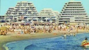 L'essor des grandes vacances à la mer. L'été à la Grande Motte. Exposition: «Tous à la plage» à la Cité de l'architecture et du patrimoine, à Paris.