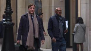 Captura de vídeo da TV da AFP mostra a chegada de Frankie Fredericks (à direita), membro do Comitê Olímpico Internacional, ao prédio do tribunal financeiro de Paris, em 2 de novembro de 2017