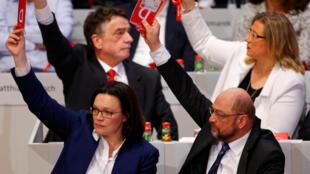 با رأی سوسیال دموکراتها، راه تشکیل دولت ائتلافی آلمان هموار میشود
