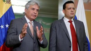Os ministros venezuelanos da Agricultura, Wilmar Castro e da Economia e Finanças, Simon Zerpa (d), durante coletiva de imprensa em Moscou.