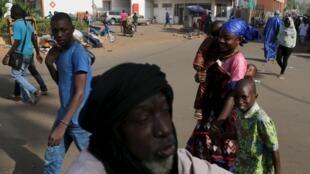 Il fait chaud, très chaud, à Bamako. Mais les ressources de premières nécessité ne sont que trop peu disponibles.