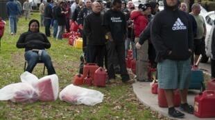 Xếp hàng mua xăng dầu ở Staten Island Borough - New York, 03/11/2012