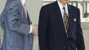 Nhà ngoại giao Bắc Triều Tiên Ryu Song Il ( phải) đến Đại sứ quán Nhật tại Bắc Kinh nối lại thương thuyết. Ảnh chụp ngày 29/08/2012.