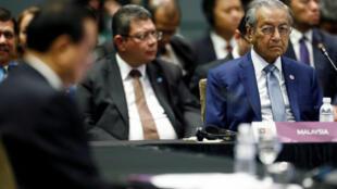 Thủ tướng Malaysia Mahathir Mohamad (P) nghe phát biểu của thủ tướng Trung Quốc Lý Khắc Cường nhân cuộc họp thường đỉnh ASEAN-Trung Quốc ngày 14/11/2018, tại Singapore.
