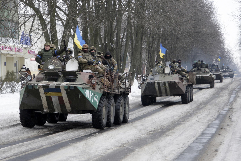 Des blindés des forces armées ukrainiennes dans les rues de Volnovakha, à l'est de l'Ukraine, le 18 janvier 2015.