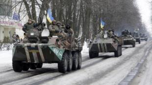Des blindés des forces armées ukrainiennes, dans les rues de Volnovakha, à l'est de l'Ukraine, le 18 janvier 2015.