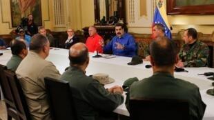 """نیکلاس مادورو، رئیس جمهوری ونزوئلا در یک سخنرانی که بطور زنده از تلویزیون دولتی این کشور پخش شد """"گروه کوچکی"""" از نظامیان را که از خوان گوایدو حمایت کرده بودند، به تلاش برای کودتا متهم کرد و گفت که ارتش ونزوئلا بر کودتاگران پیروز شده است."""