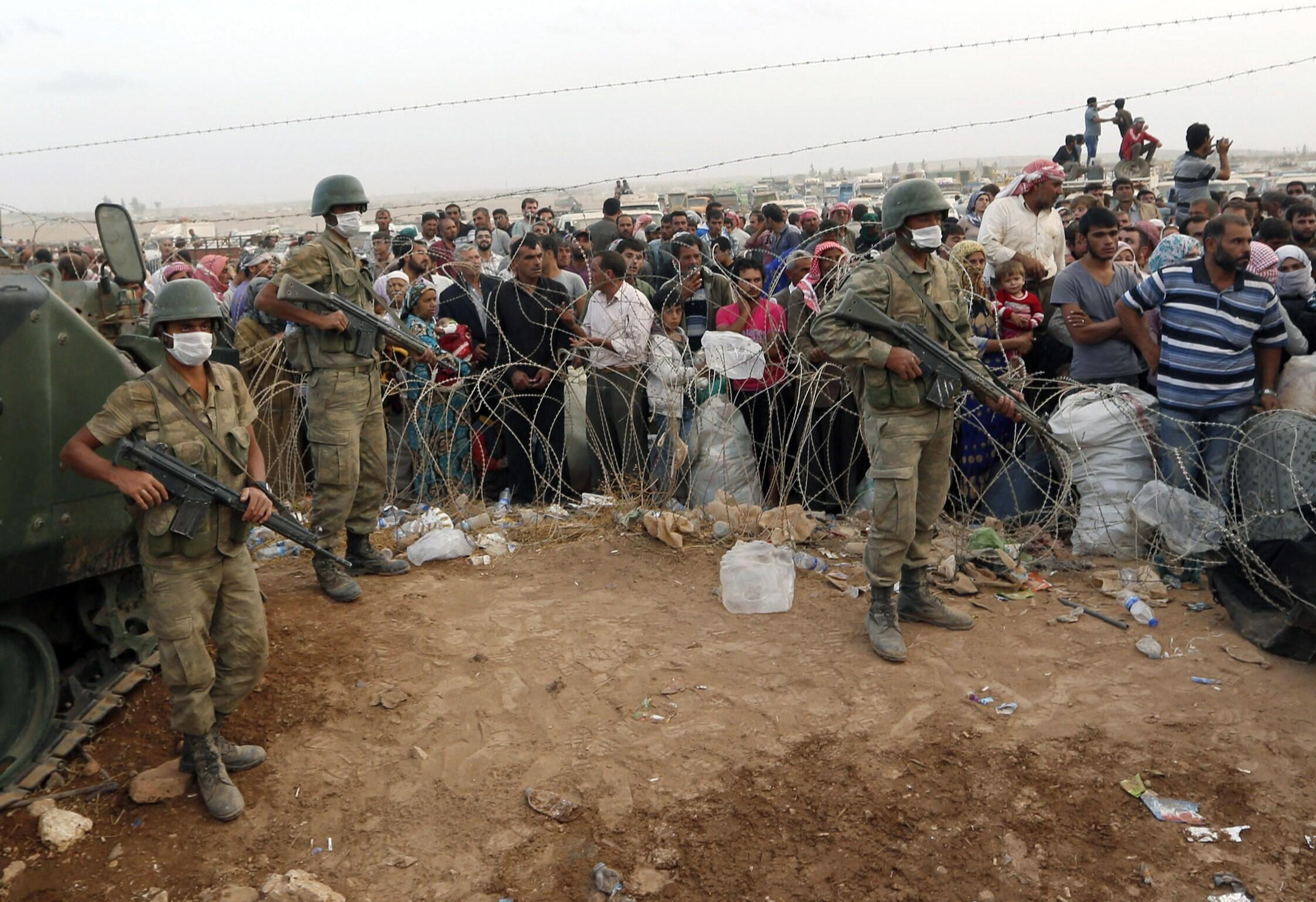 Người tỵ nạn Kurdistan (ở Kobene) từ Syria chạy sang Thổ Nhĩ Kỳ, chờ tại vùng biên giới, ngày 27/09/2014.