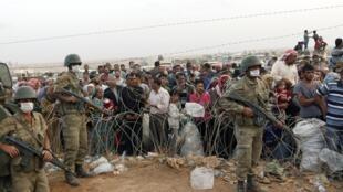 Refugiados kurdos en la frontera con Turquía, huyendo de Kobane, el 27 de septiembre de 2014.