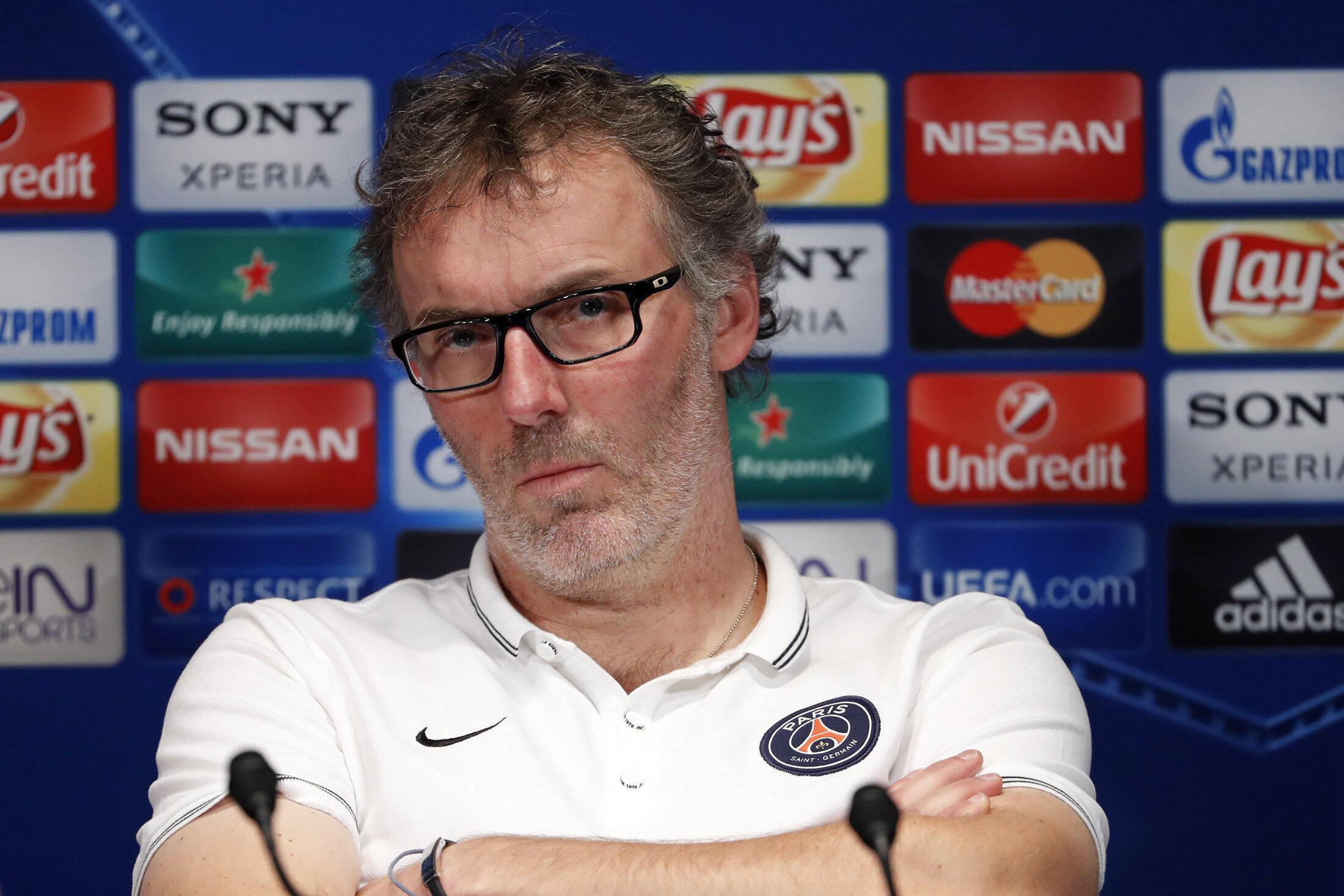 O treinador Laurent Blanc, vítima de insultos homofóbicos do jogador Serge Aurier, durante coletiva, em Paris.