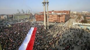 Người biểu tình giương cờ Ba Lan, trong một cuộc biểu tình ủng hộ Lech Walesa, tại Gdansk, ngày 28/02/2016.
