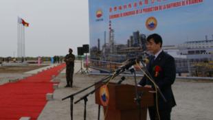 中石油公司副总裁薄启亮2011年6月29日在中乍合资恩贾梅纳炼油有限公司投产仪式上发表讲话。