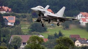 Le premier Eurofighter Typhoon autrichien, photographié au-dessus du village de Zeltweg, en 2007.