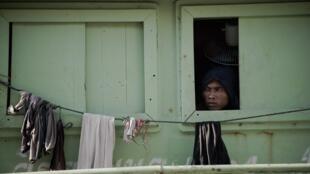Trong bức ảnh chụp ngày 30/06/2015, là gương mặt một người lao động nhập cư làm việc trên tàu cá tại Mahachai, gần Bangkok.