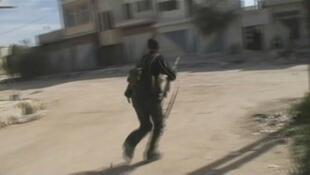 Wapiganaji wakiendelea kushambuliana katika Mji wa Qusayr nchini Syria wakitumia njia za ardhini na hata angani