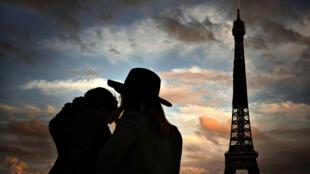 Dos personas frente a la Torre Eiffel, en París, Francia, el 22 de octubre de 2020