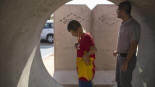 A Ashkelon (Israël), des habitants se réfugient dans des chambres de protection en béton renforcé, suite à une alerte de tir de roquette.