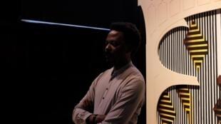 L'artiste congolais Sammy Baloji dans son exposition « K(C)ongo, fragments of interlaced dialogues » aux Beaux-Arts de Paris © Siegfried Forster / RFI