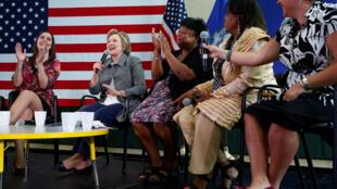 Hillary Clinton,នៅជាប់ជាមួយក្រុមគ្រួសារនៃជនរងគ្រោះនៃការបាញ់សម្លាប់មនុស្សនៅ Newton,រដ្ឋ Connecticut ២១មេសា២០១៦