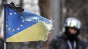 Комбинированный украинско-европейский флаг в Киеве 22/02/2014