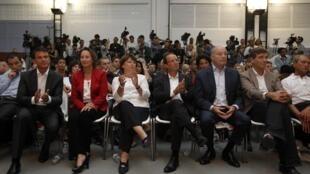 Os 6 pré-candidatos do Partido Socialista às eleições presidenciais (da esquerda para direita): Manuel Valls, Ségolène Royal, Martine Aubry, François Hollande, Jean-Michel Baylet e Arnaud Montebourg.