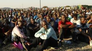 Mineiros sul-africanos em greve nesta terça-feira, no nordeste de Johanesburgo.