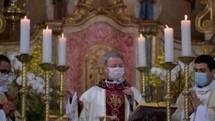 Un prêtre catholique célèbre la messe de Pâques dans une église de Mateus Leme, au Brésil. La célébration, sans fidèles, a été diffusée sur les réseaux sociaux.