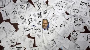 Photo de Benyamin Netanyahu parmi les bulletins de vote au siège du Likoud, le 18 mars 2015.