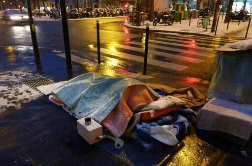 Sem-teto dormem sobre as saídas de ar do metrô para se esquentar
