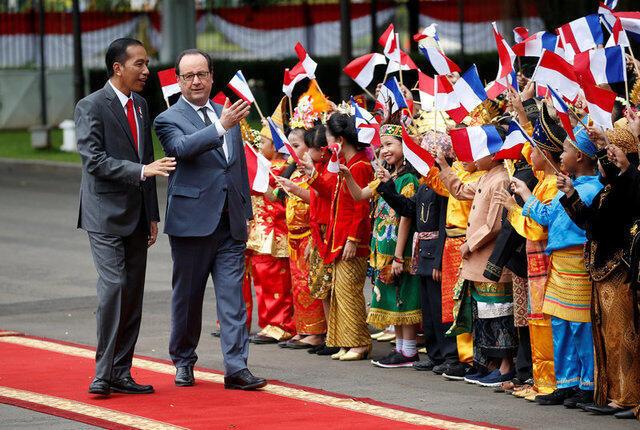 Tổng thống Pháp Francois Hollande (P) được đồng nhiệm Indonesia Joko Widodo đón tiếp tại phủ tổng thống, Jakarta, 27/03/2017.