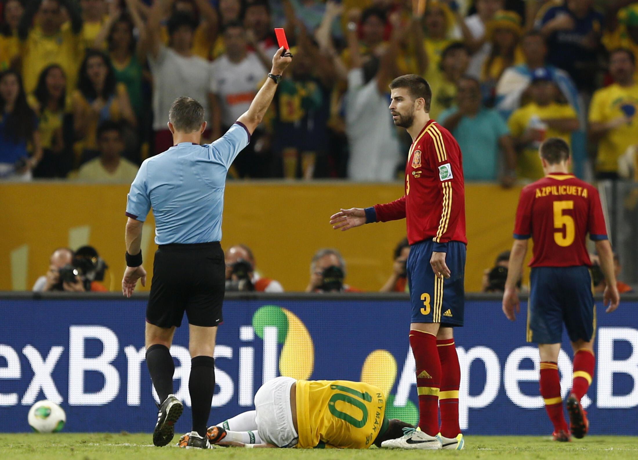 Gerard Piqué est exclu après avoir fauché Neymar.